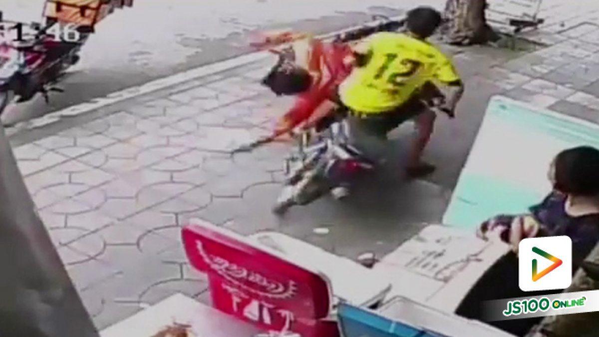 หนุ่มวัย19 ปี ขี่จยย.ย้อนศรบนฟุตบาธถนนเอกชัย พุ่งชนพนักงานลาลามูฟ ล้มหงายท้อง บาดเจ็บหนัก (28-05-62)