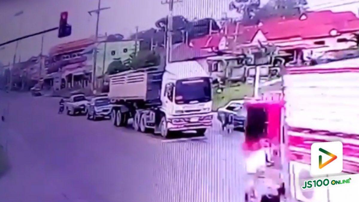 คลิปรถบรรทุกพุ่งจากแยกชนกับเก๋งและจยย. จ.สระบุรี (22-03-61)