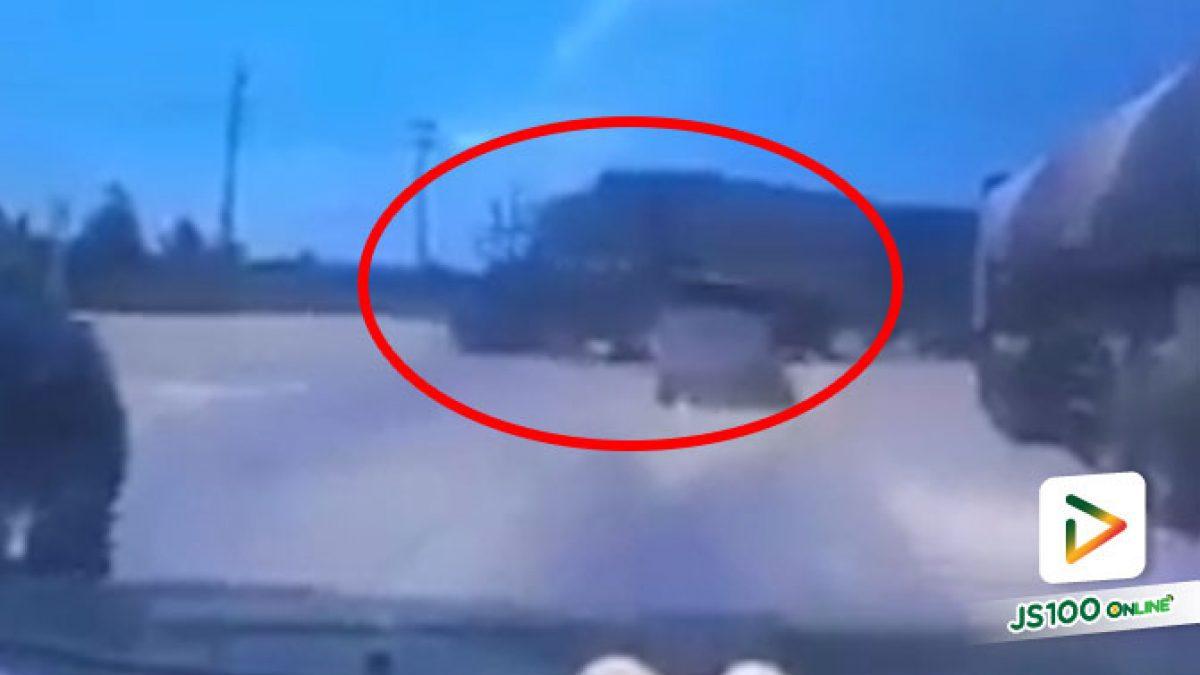 ตามล่ารถบรรทุก! หลังฝ่าไฟแดงข้ามแยกมาชนปิคอัพเต็มๆ แล้วหลบหนี
