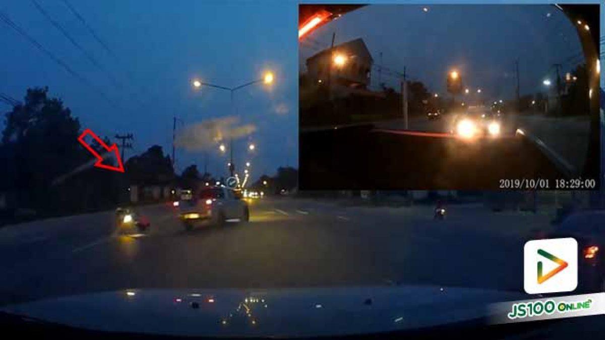 รถจยย. ขี่ข้ามถนนหวังกลับรถ เจอปิคอัพเบรกไม่ทันชนล้ม บาดเจ็บ (01/10/2019)