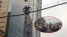 ทำเพื่อ?? หนุ่ม เวียดนาม โชว์สกิลปีนป่ายสายไฟเพื่อข้ามถนนในชั่วโมงเร่งด่วน