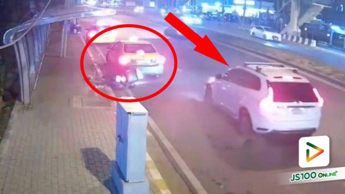 รถยนต์เฉี่ยวชนจยย.ส่งอาหารเต็มแรง ก่อนกระเด็นชนท้ายแท็กซี่จอดริมทาง บาดเจ็บ 1 คน (23/08/2021)