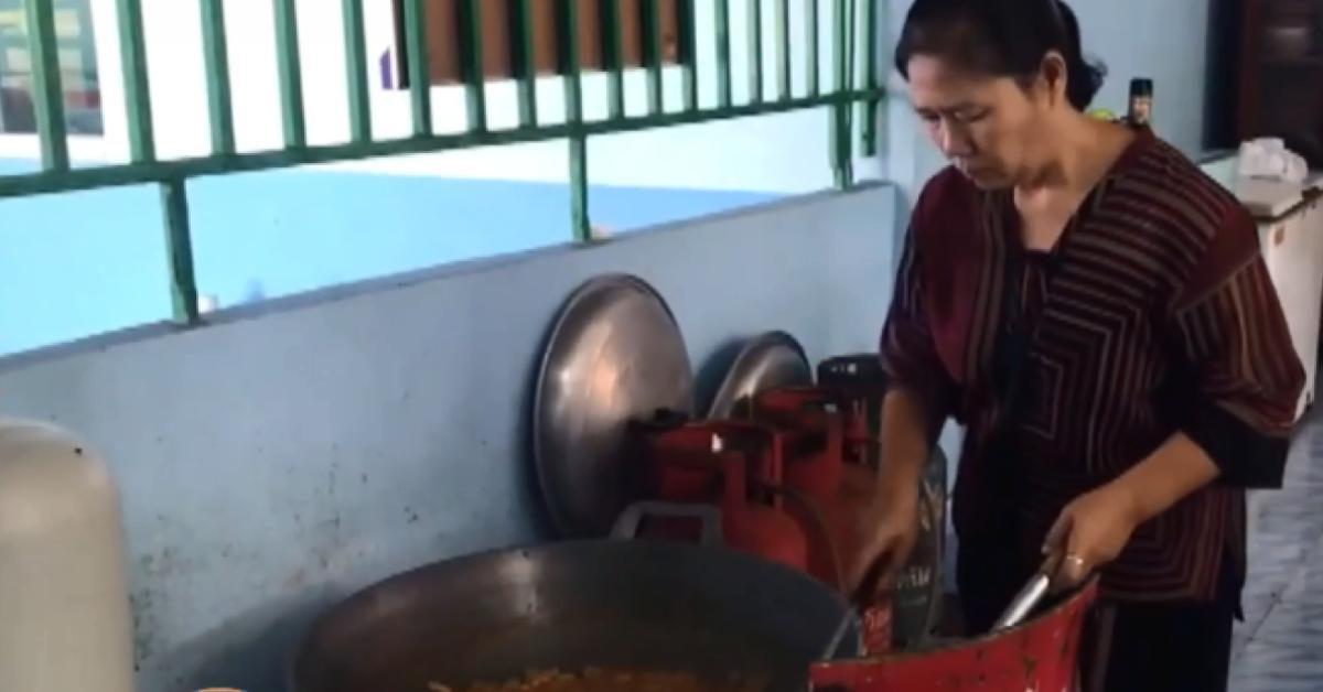 ชาวบ้านช่วยปรุงอาหาร หลังเกิดเหตุไข่พะโล้บูด