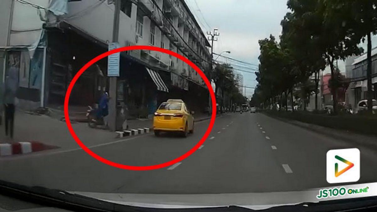 เปลี่ยนใจเข้าซ้ายสุดดีกว่า อ้าว! รถจยย.ชนถังขยะเลย.. (13/07/2020)