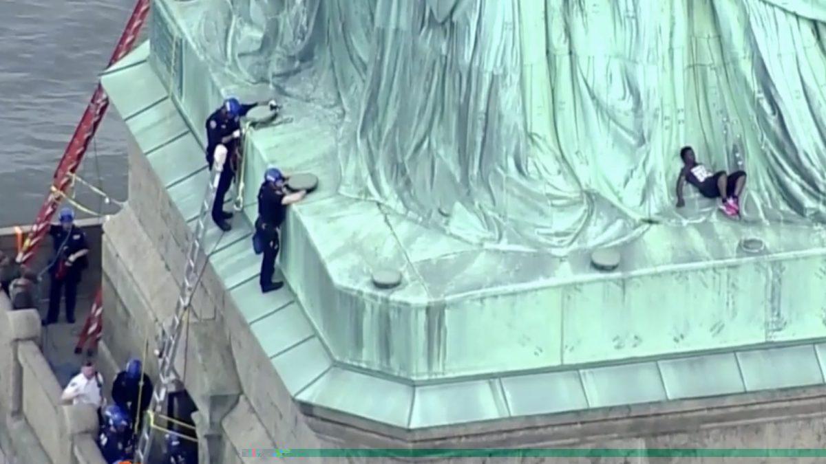 หญิงปีนขึ้นเทพีเสรีภาพในวันชาติสหรัฐฯ