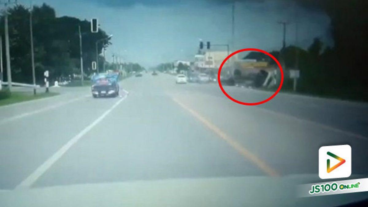 เบรกไม่ทัน!! รถบรรทุก 6 ล้อ ขับมาด้วยความเร็ว หักหลบรถปิคอัพที่จอดติดไฟแดงกะทันหัน เสียหลักข้ามเลนก่อนพลิกคว่ำตกข้างทาง (06/08/2019)
