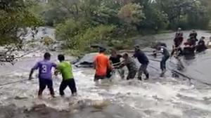 นาทีช่วย 5 ชีวิตติดกลางน้ำตก หลังเจอน้ำป่าซัดถล่ม