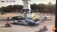 เผยวินาที! กระบะพุ่งชนรถยนต์ ห้าแยกหอนาฬิกา กลางเมืองลำปาง