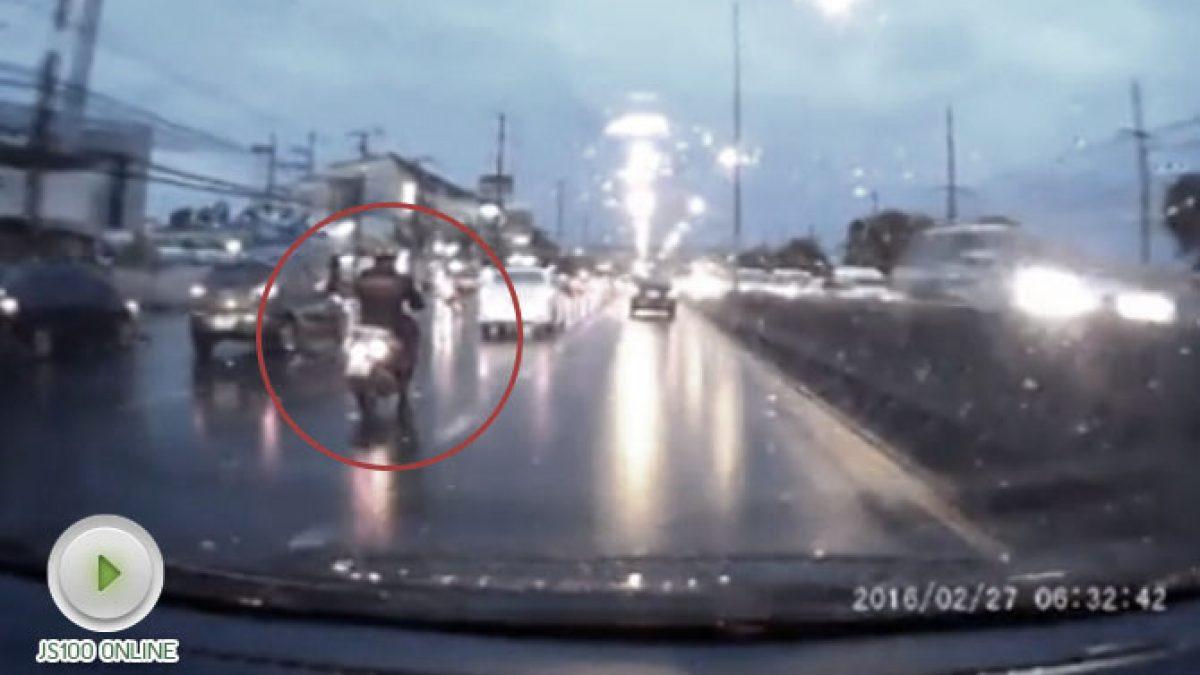 นาทีชีวิต ชายหนุ่มขับรถจักรยานยนต์ หวิดเกือบโดนเหยียบซ้ำ (18-10-60)