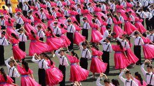 สวยงามมาก งานเต้นรำวอลซ์ ของนักเรียนจีนกว่า 800 คน