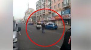 นาทีหญิงชาวจีนคลั่ง ขับรถพุ่งชนรถตำรวจ ขณะถูกล้อมจับกุม