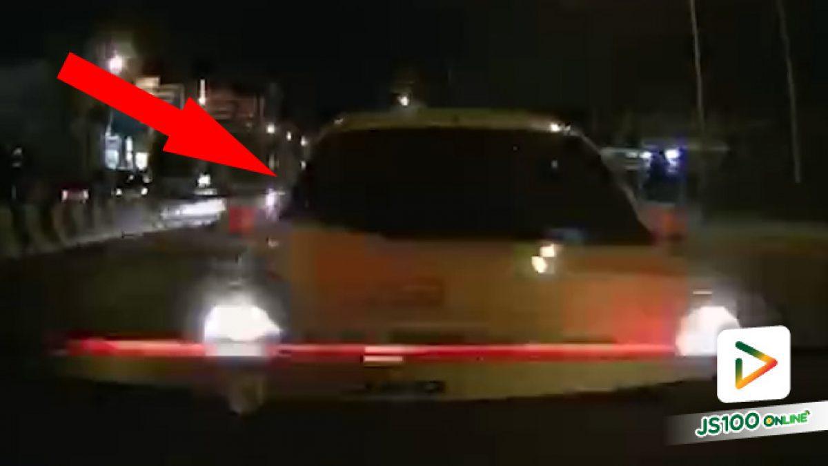 เป็นจังได๋! เล่นโทรศัพท์ขับรถ ซุกหลังแฮงโพด.. (31/08/2020)