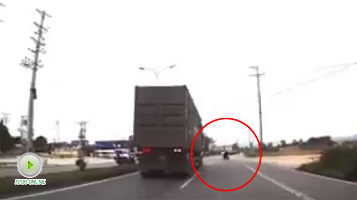 คนขับรถบรรทุกตู้คอนเทนเนอร์ มีสติเบี่ยงหลบ จยย. ทันเวลา (01-12-60)