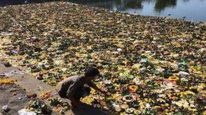 ชาวเน็ตจวกประเพณีลอยกระทง เอาขยะทิ้งลงแม่น้ำเพื่อขอขมา