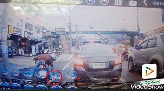 ขอชื่นชม!! ชายขี่รถจยย. ไม่นิ่งดูดาย เห็นขวดน้ำวางเกะกะบนถนน หยุดรถหยิบทิ้งถังขยะทันที