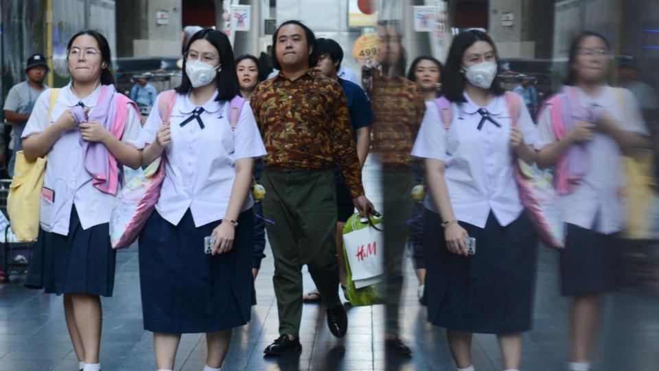 รวมภาพคนเมืองกรุง สวมหน้ากากอนามัย หลังฝุ่น PM2.5 ปกคลุมอีกครั้ง 