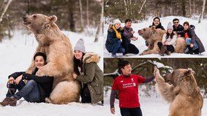 ขอกอดหน่อย!! หมีที่รัสเซียแสนน่ารัก โพสต์ท่าถ่ายรูปกับนักท่องเที่ยวได้สุดฟิน