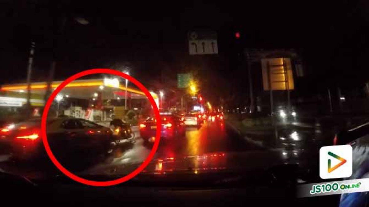 ขี่รถต้องมีสติ! เปิดไฟขวาแต่กลับเข้าซ้ายถูกแท็กซี่ชนอย่างจัง (14/10/2020)
