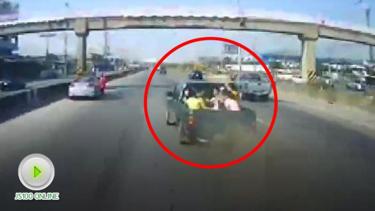 อุบัติเหตุเกิดขึ้นได้เสมอ วินาทีรถปิคอัพยางแตกจอดกลางถนนพระราม2  ถูกรถบรรทุกพุ่งชน บาดเจ็บทั้งคัน (2-1-2561)