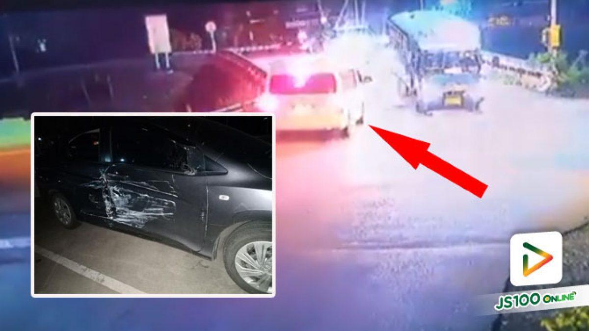ตามหาคู่กรณี! รถตู้สีขาวขับพุ่งผ่านแยกชนเก๋งแล้วหนี ทำรถได้รับความเสียหายหนัก