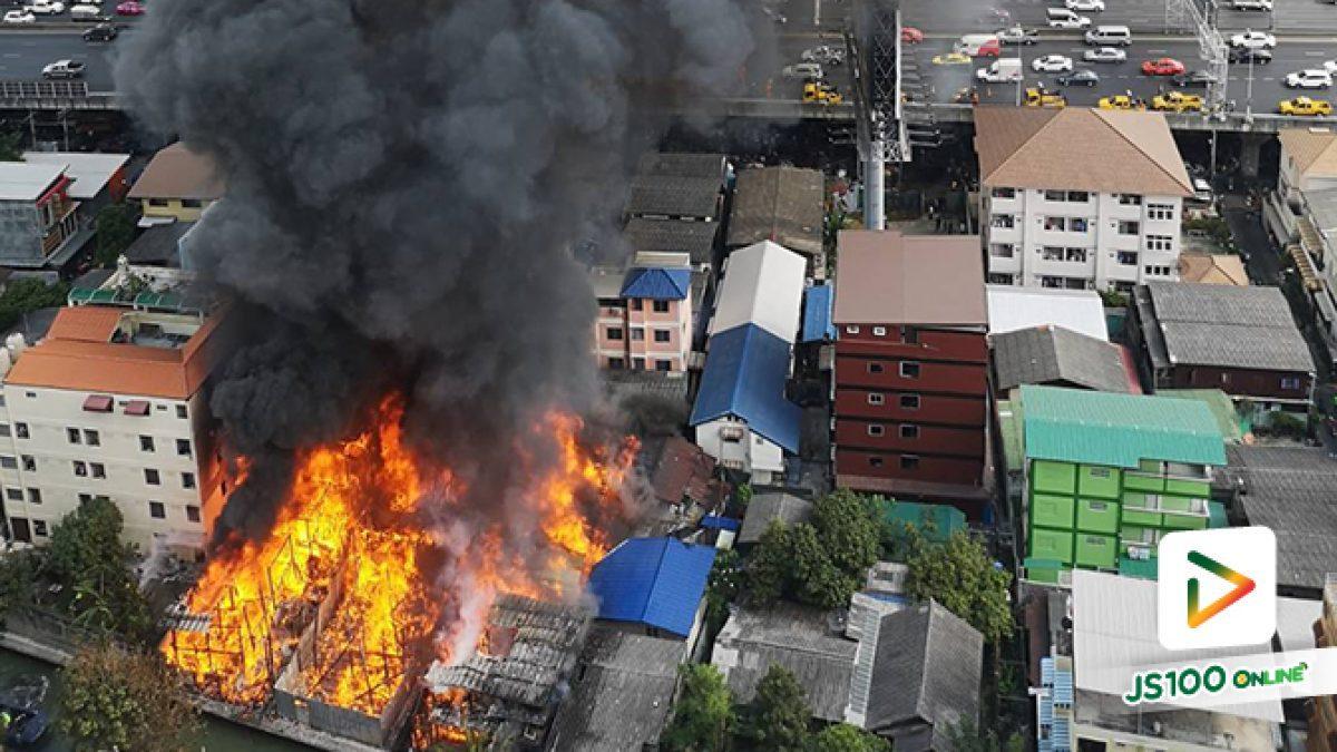 เพลิงไหม้ชุมชนวัดมะกอก ย่านอนุสาวรีย์ชัยสมรภูมิ บ้านเรือนเสียหายหลายหลัง