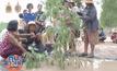 สุดทน! ชาวบ้านปลูกต้นไม้ จับปลา ประชดถนนแสนหลุม