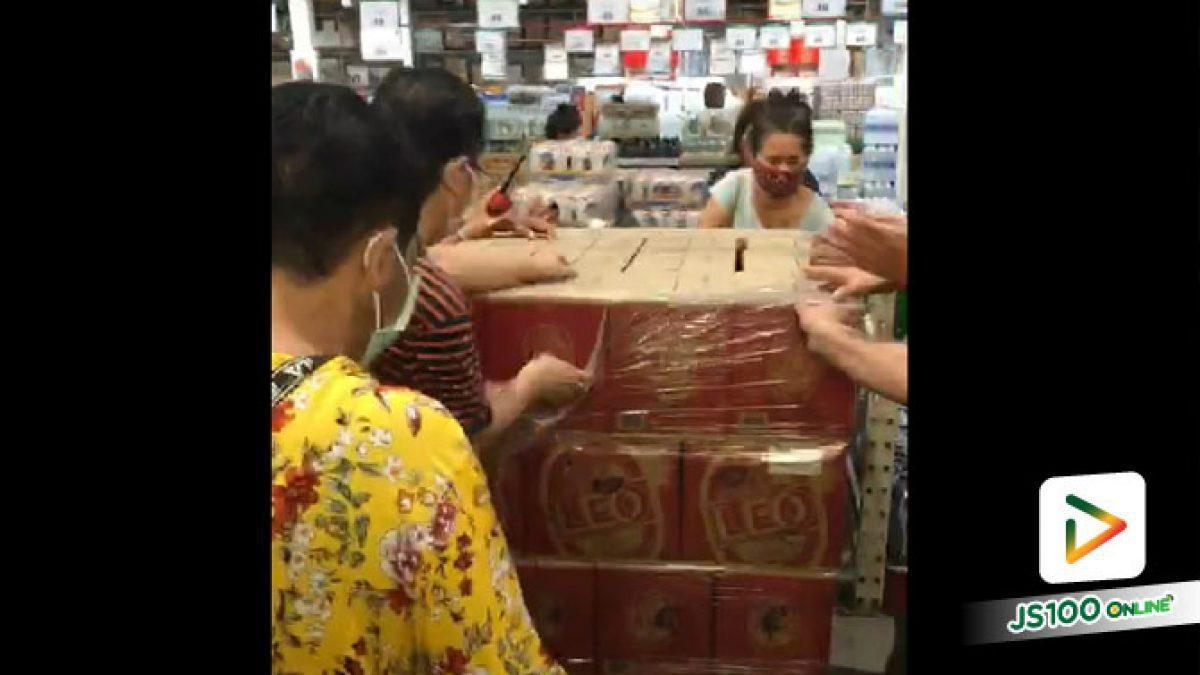 เศร้าใจ.. ประชาชนแห่ซื้อเครื่องดื่มแอลกอฮอล์ ห้างฯย่านศรีนครินทร์ ไม่สนการจัดระเบียบ (03-5-63)