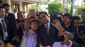 5 Upturn Leaders Checking Their Rating by Selfie Shots