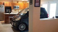 หนุ่มฟลอริด้ากลัวรถแสนรักจะโดน พายุเฮอริเคน ซัดหาย เลยเอาเข้ามาจอดหลบในบ้านมันซะเลย!!