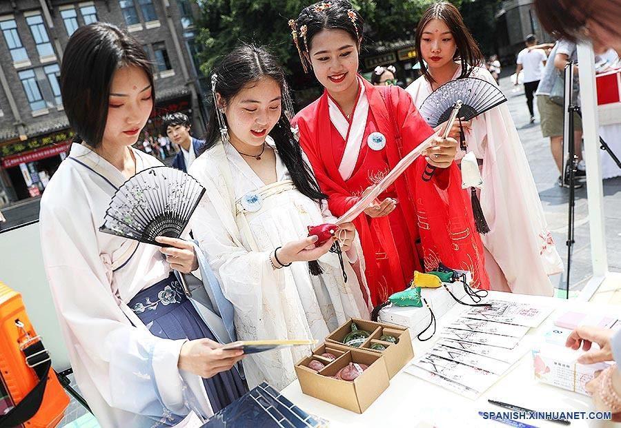 คนจีนรุ่นใหม่รื้อฟื้น 'ฮั่นฝู' ชื่นชมมรดก คล้ายกระแส บุพเพสันนิวาสของไทย!