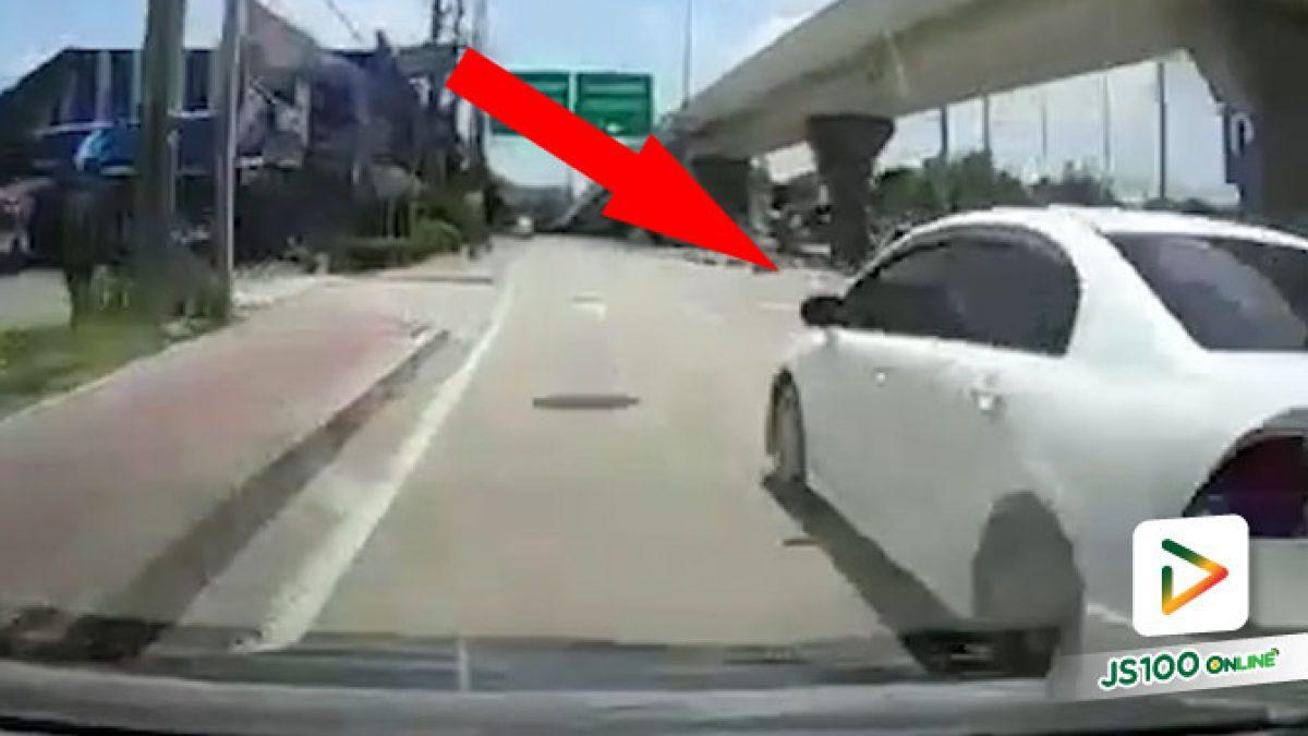 ขับรถไม่มองกระจกหน่อยเหรอ เกือบได้ขึ้นฟุตบาทแล้วเรา (17/08/2021)