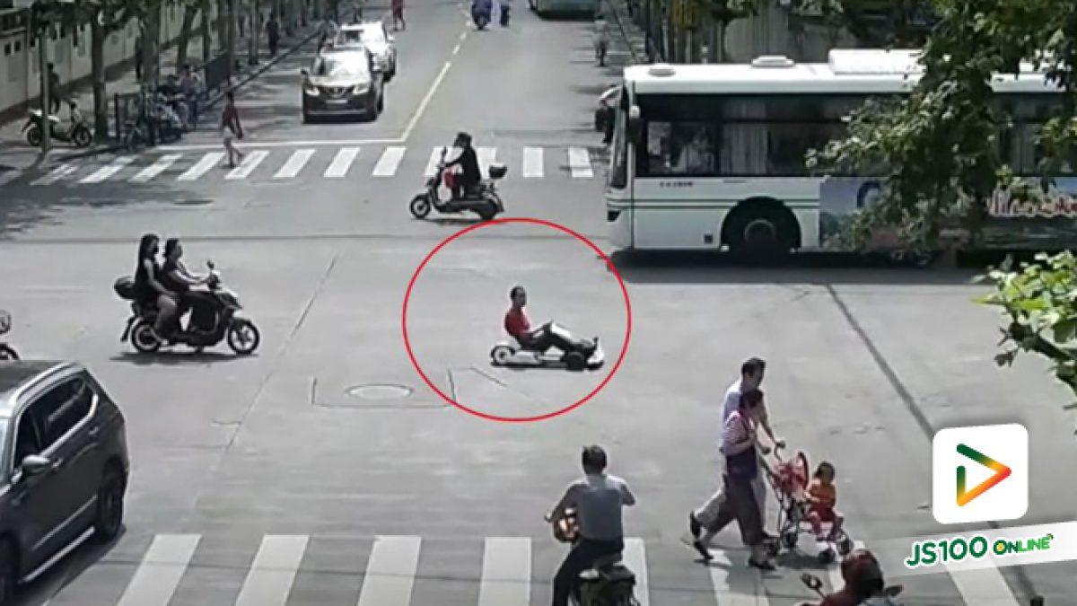 คลิปหนุ่มจีนขับโกคาร์ตหลานไปทำงานเพราะรีบ (19-07-62)