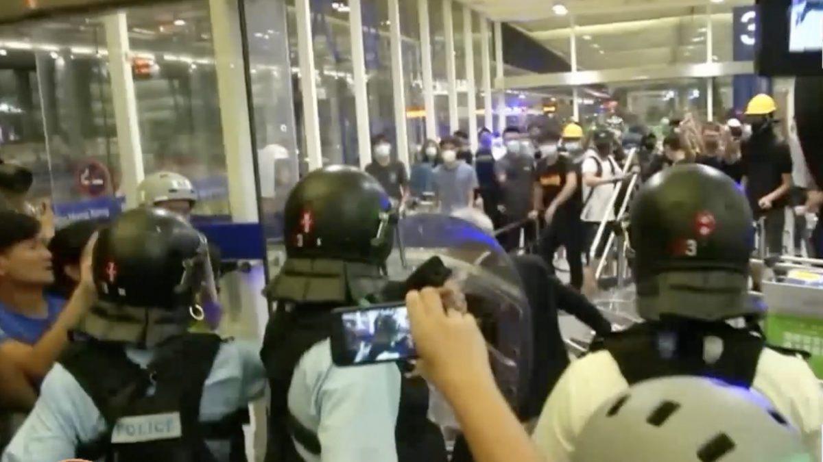ตำรวจฮ่องกง บุกสนามบินสลายการชุมนุม