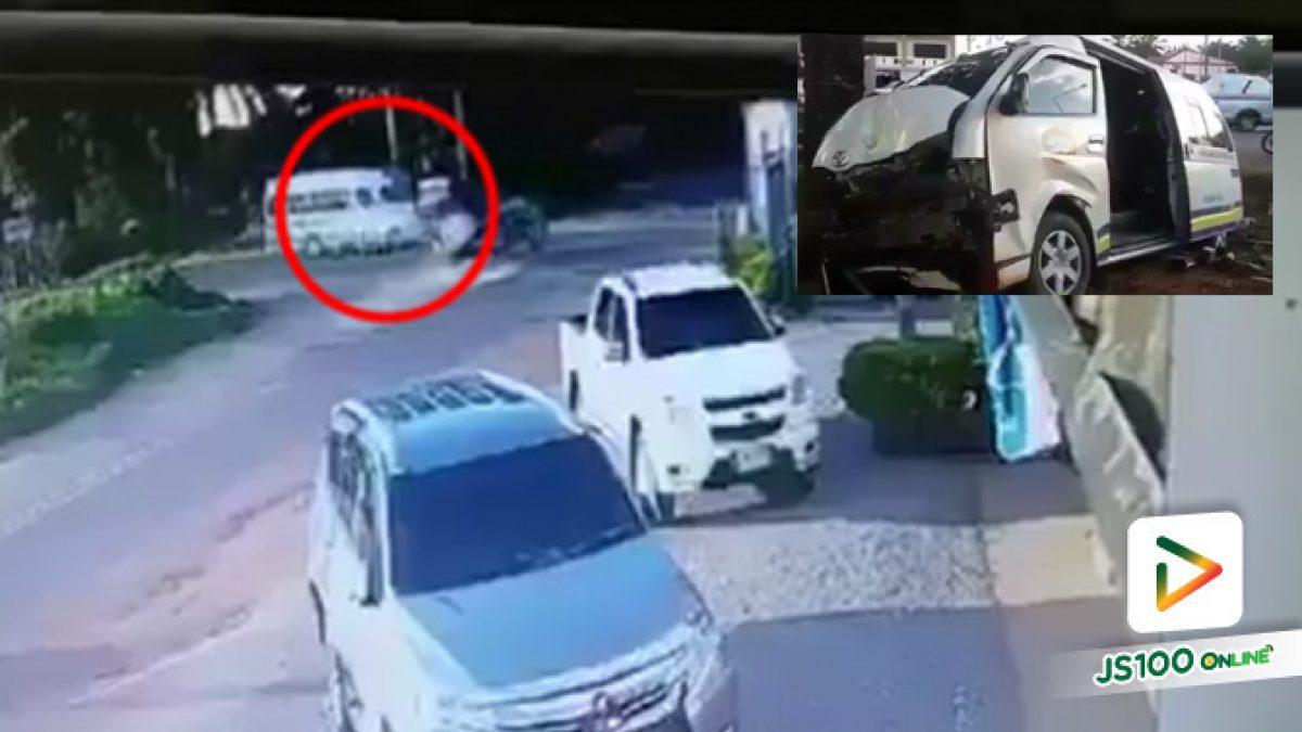 รถยนต์มิตชูบิชิ ชนกับรถตู้โดยสารกลางสี่แยก ได้รับบาดเจ็บ 11 ราย อ.ลำทับ จ.กระบี่ (1-10-61)