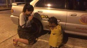 ภาพประทับใจ! สาวท้องซึ้ง ยกมือไหว้กู้ภัยพิการ ช่วยลากรถเสียกลางทาง