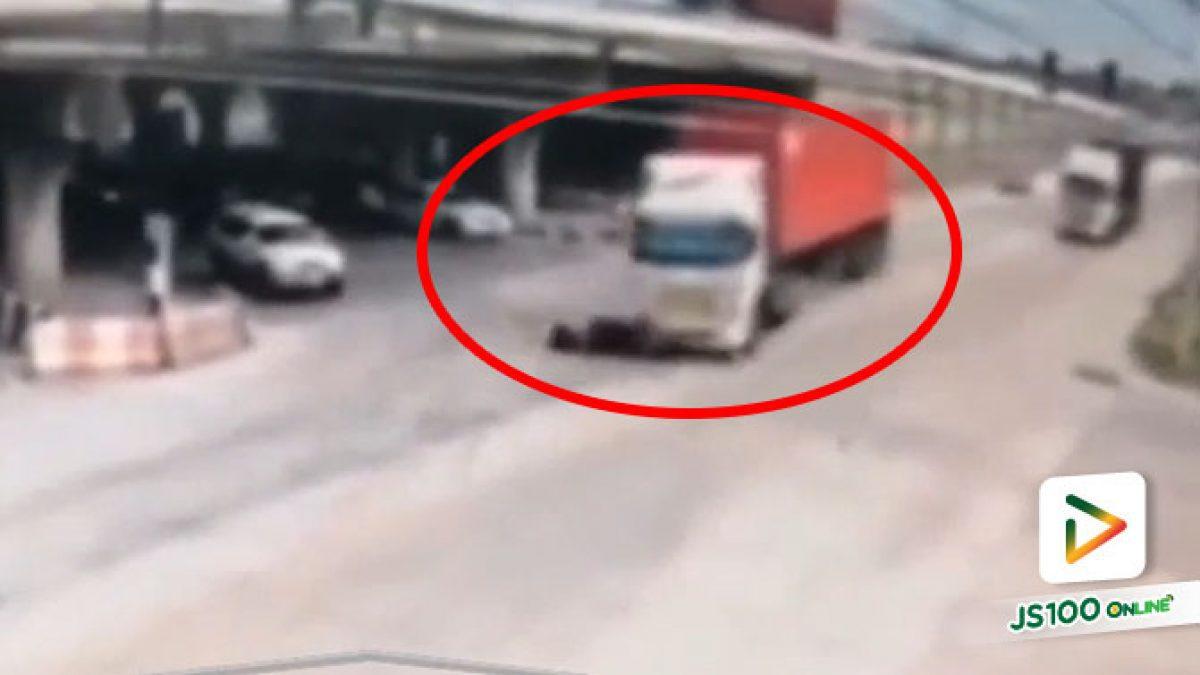 จยย.ขี่ข้ามแยกตัดหน้ารถบรรทุก ก่อนถูกพุ่งชนอย่างจัง เสียชีวิต