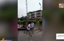 คู่รักชาวจีนฝ่าฝนจัดพิธีแต่งงาน