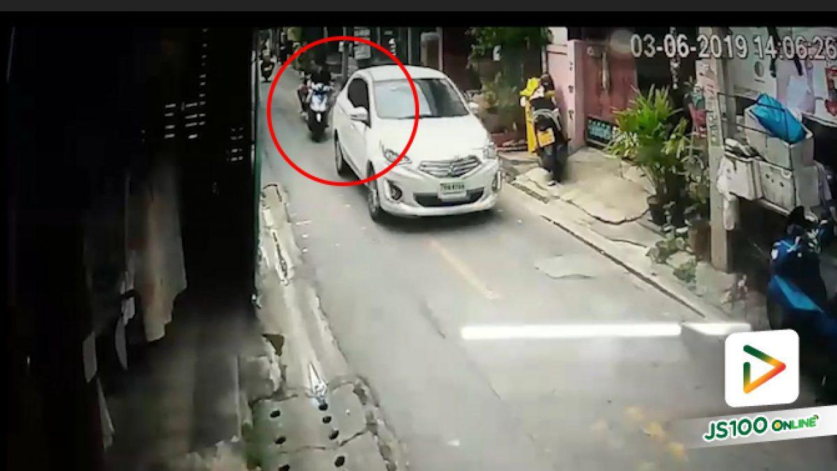 คลิปจยย.ชนท้ายกับเก๋ง ในซอยชานเมือง 2  รัชดา (05-06-62)