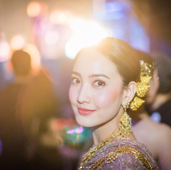 แอฟ-แต้ว สวมชุดไทยอัญเชิญพระเกี้ยว ในงาน 100 ปีจุฬาฯ