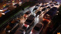 กรุงเทพฯ อ่วม! ฝนถล่มหลายพื้นที่ ทำจราจรเคลื่อนตัวช้า