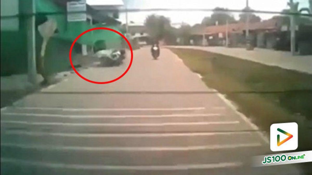 ล้มทับเฉยเลย!! แผงประตูเหล็กถูกลมพัดล้มทับรถจักรยานยนต์ คนขับได้รับบาดเจ็บ (31/07/2019)
