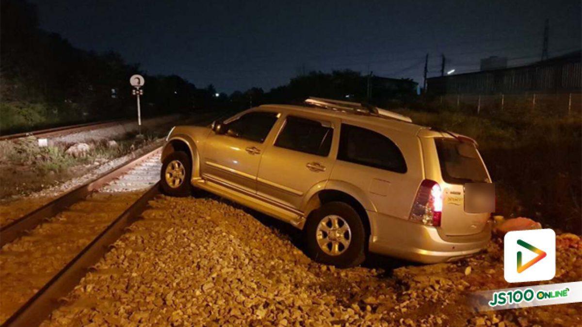 รถยนต์ชนกับจยย.เสียหลักขวางรางรถไฟ และรถไฟมาพอดีพุ่งชนกระจาย (26-03-61)