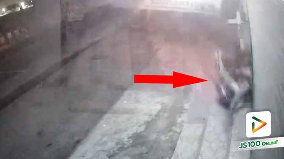 จยย.เสียหลักพุ่งชนประตูม้วนร้านริมทาง ก่อนยกรถขึ้นปิคอัพหลบหนี (18/12/2020)
