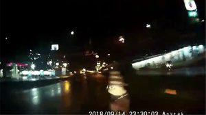 นาทีรถชนคนข้ามถนน ทั้งที่มีสะพานลอยอยู่ห่างไม่กี่เมตร