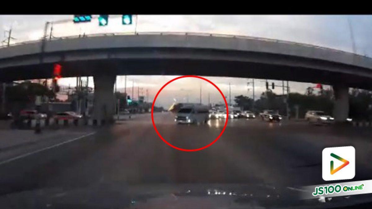 คลิปนาทีรถตู้ฝ่าไฟแดงหวิดชนกับรถทางตรง (07-01-62)