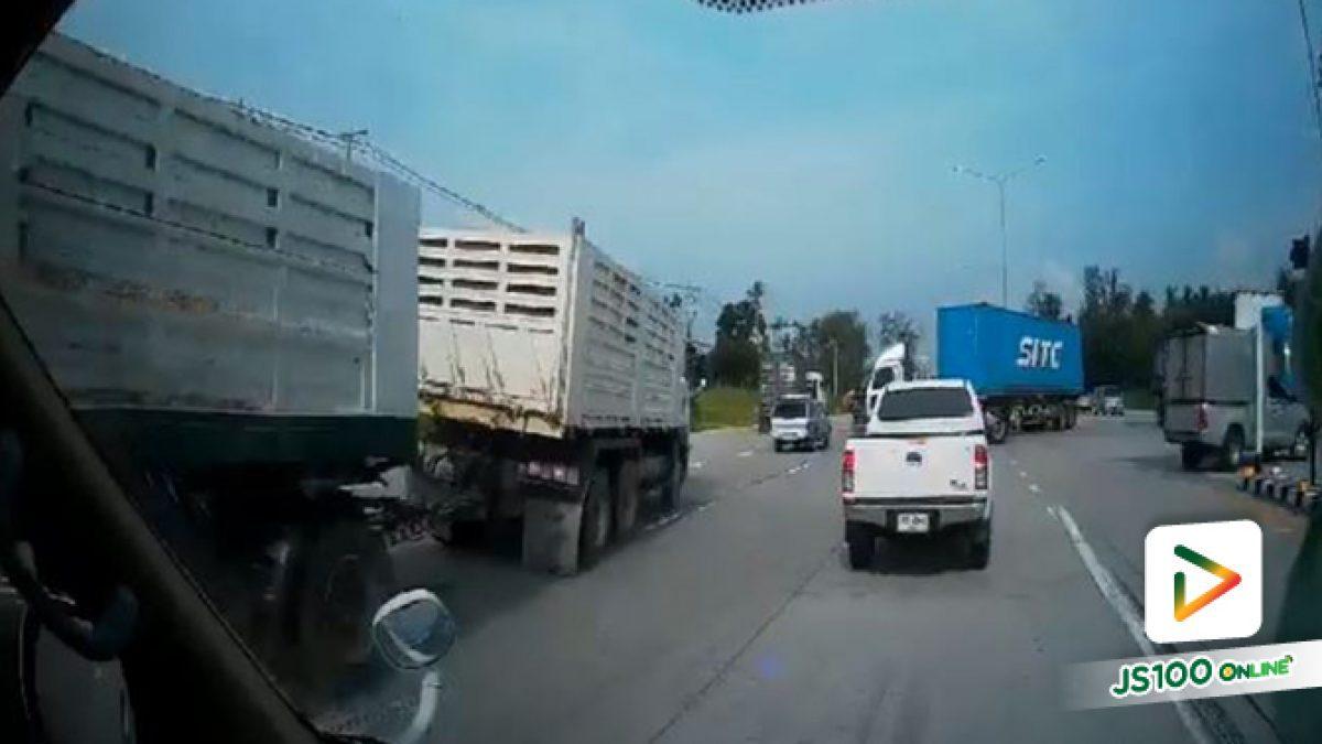 รถพ่วงหักหลบรถเทรลเลอร์ที่กำลังจะกลับรถ ทำให้เสียหลักพลิกตะแคง