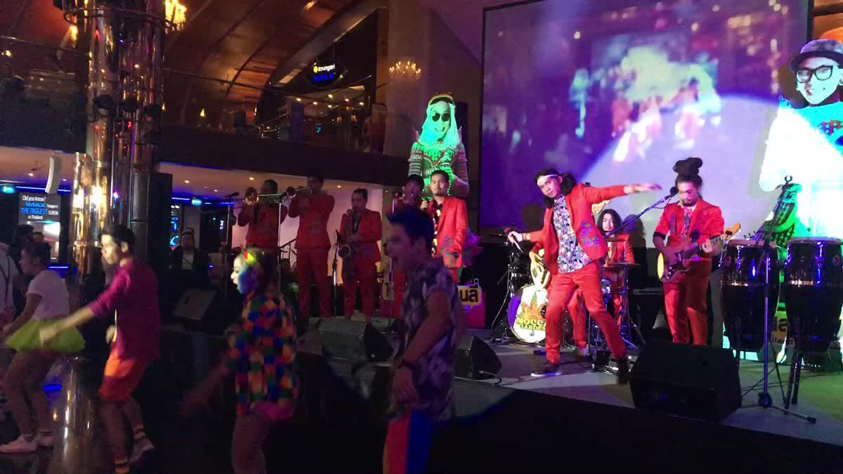 เล่นโชว์สด ๆ เพลง เมืองไทยอะไรก็ได้ ประกอบภาพยนตร์ Thailand Only #เมืองไทยอะไรก็ได้