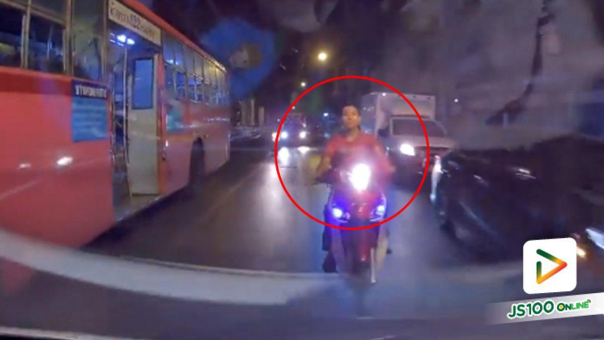 คลิปจยย.วัยรุ่นขับปาดไปมาจนเสียหลักล้มหน้ารถโดยสารประจำทาง บนถนนรามคำแหง (28-12-61)