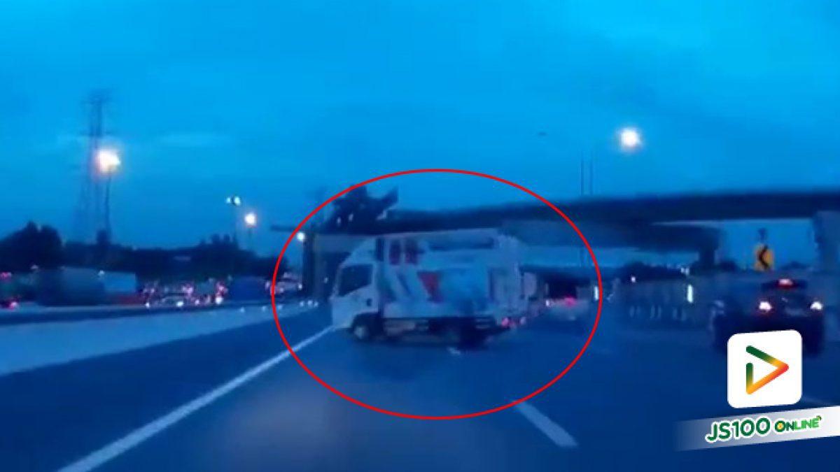 เกือบเบรคไม่อยู่! เจอรถบรรทุกขับปาดจากขวาสุดพุ่งมาซ้ายสุด โดยไม่ทราบสาเหตุ?