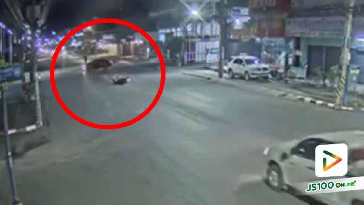 ตามล่า! เก๋งสีดำเลี้ยวยูเทิร์นชนจยย.หน้าสำเพ็งเมืองคอนเสียหลักล้ม ก่อนหลบหนี (05/10/2020)